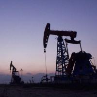 El petróleo de Texas baja un 1 % tras la revisión bajista de la demanda mundial