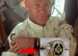 El piloto Edwin Aldrin, dentro del módulo lunar en julio de 1969, con el anillo de Maestro Masón