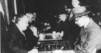 A la izquierda, Fernando Pessoa (1888-1935), uno de los mayores poetas y escritores de la lengua portuguesa, jugando al ajedrez con Aleister Crowley