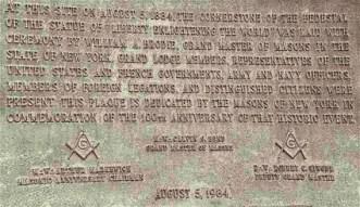 Placa colocada el 5 de agosto de 1984 por la Gran Logia de Nueva York en la Estatua de la Libertad en conmemoración del centenario de la colocación de la piedra angular de su pedestal, 1884-1984.