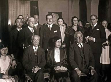 Álvaro de Albornoz Liminiana (Luarca, Asturias, 13 de junio de 1879 - México, 22 de octubre de 1954) licenciado en Derecho, diputado en las Cortes, ministro y primer Presidente del Tribunal de Garantías Constitucionales. Ya en su exilio en México fue Jefe del Gobierno republicano en el exilio de 1947 a 1949 y de 1949 a 1951.En la foto, Victoria Kent flanqueada por el presidente de la República, Niceto Alcalá Zamora y Álvaro de Albornoz, en Madrid en 1931, de pie: Francisco Largo Caballero y Miguel Maura