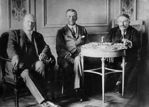El Hermano Gustav Stresemann, J. A. Chamberlain y el Hermano Aristides Briand en Locarno, Suiza, 1925