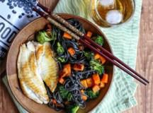 Espaguete de feijão preto com abóbora, brócolis e filé de pescado