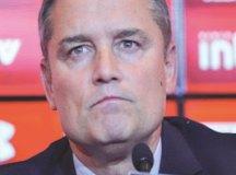 Aguirre exige atitude e promete cumprir contrato