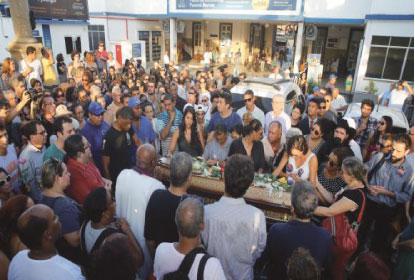 Sob aplausos e protestos, corpos de vereadora e motorista são sepultados no Rio