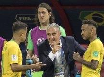 Tite transmite instruções a Philippe Coutinho e Neymar durante a partida contra a Bélgica. Foto: Eduardo Knapp/Folhapress