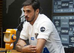 Bryan Ruiz é apresentado no Santos e se esquiva sobre uso da camisa 10