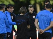 Técnico Slatko Dalic conversa com Modric e Rakitic durante treinamento croata. Foto: Divulgação/CFF