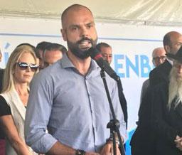 Prefeito Bruno Covas assina decreto que prevê multa de R$ 250 para quem lavar calçada