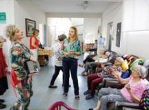 Denise Auricchio participou da doação de 300 peças de roupas de cama e banho para os 26 idosos abrigados no Grupo Luz, no Bairro Barcelona. Foto: Divulgação/PMSCS