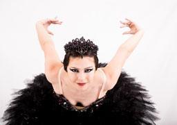 """Clássico do balé mundial, """"O Lago dos Cisnes"""" estará no Teatro Paulo Machado de Carvalho neste sábado"""