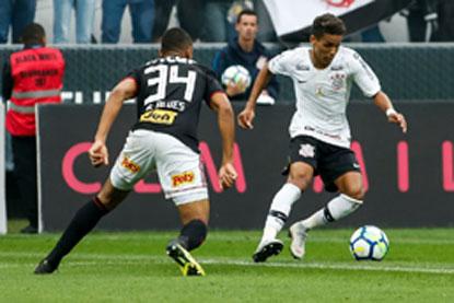 Corinthians e São Paulo empatam e mantêm pressão sobre técnicos
