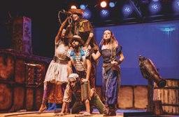 Com acrobacias e música ao vivo, o espetáculo mostra o lado cômico da vida dos piratas. Foto: Divulgação