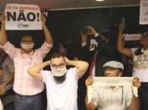 Manifestantes contrários e favoráveis ao projeto protestaram na Câmara. Foto: Pedro Ladeira/Folhapress