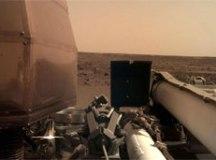 Após pouso, sonda da Nasa ativa painéis solares e envia foto da superfície de Marte