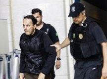 Átila Jacomussi é conduzido por agentes ao chegar ao prédio da Polícia Federal. Foto: Aloisio Mauricio /Fotoarena/Folhapress