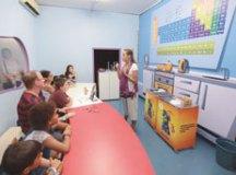 """No """"Brincando na Cozinha"""" os visitantes conferem a reação do gelo com um pouco de sal, entre outras. Foto: Divulgação/Alex Cavanha/PSA"""