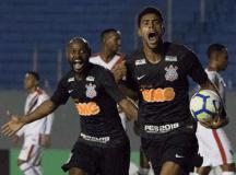 Gustagol comemora com Vagner Love um de seus dois gols no empate em Londrina. Foto: Daniel Augusto Jr./Agência Corinthians