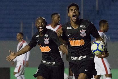 Com dois gols, Gustavo dá empate ao Corinthians e evita vexame na Copa do Brasil