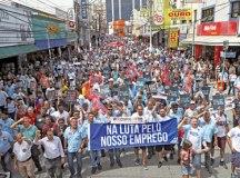 Trabalhadores da Ford tomam Marechal para protestar contra o fechamento de fábrica