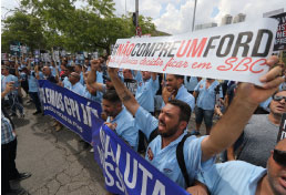 No dia da posse de deputados, trabalhadores da Ford protestam em frente à Assembleia