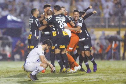 Corinthians vence o Santos nos pênaltis e vai à final