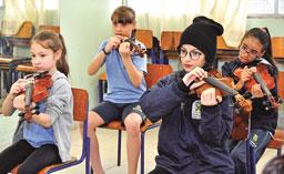 Em Santo André, alunos do Mais Saber Integral recebem aulas de violino nos CESAs