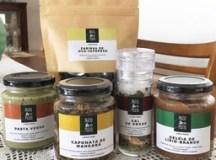 Para quem quiser experimentar os produtos confeccionados por PANCs, podem assinar o box do Umami Club ou comprar avulso os produtos. Foto: Divulgação / Laila Bueno