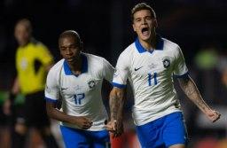 Philippe Coutinho comemora um de seus dois gols na vitória brasileira no Morumbi. Foto: Pedro Martins/MoWA Press