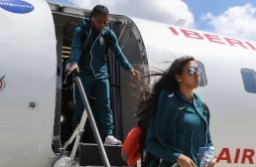 Brasileiras desembarcam em Lille após voo de 90 minutos. Foto: Divulgação/CBF