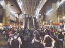 Na manhã desta sexta-feira (14), portões da Estação Corinthians-Itaquera do Metrô, na zona leste de São Paulo, estavam fechados. Foto: Peter Lone / Estadão Conteúdo