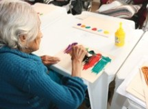 Um dos objetivos do programa é despertar e desenvolver as potencialidades dos idosos para aspectos criativos. Foto: Antonio Canhoni/FPMSCS