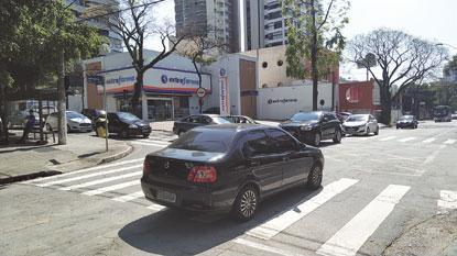 Cruzamento da Figueiras com a Goiabeiras, em Santo André, preocupa pedestres e comerciantes