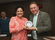 Educadora é homenageada na Câmara com medalha de mérito Educacional