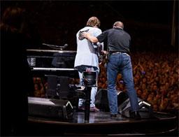 Elton John interrompe show por motivos de saúde