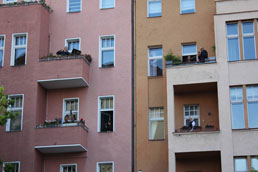 Em Berlim, músicos se unem para fazer concertos a partir de suas janelas