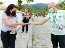 Fundo Social de Solidariedade de Santo André distribui cestas básicas e máscaras em Paranapiacaba