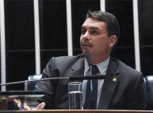 Flávio Bolsonaro contrata advogado de ex-governador do Rio
