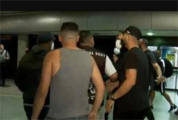 Jogadores do Corinthians enfrentam protesto e precisam correr em aeroporto