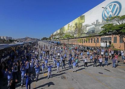 Trabalhadores votam nesta terça proposta negociada entre sindicatos e VW