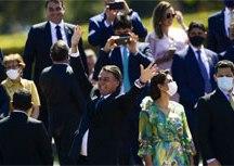 Bolsonaro cumprimenta populares em solenidade de 7 de Setembro. Foto: Marcelo Camargo/ABr