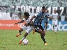 Com gols de pênalti de Marinho, Santos vence Grêmio e sobe para sexto