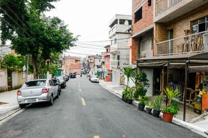 Programa Asfalto Novo promoveu recapeamento em 23 ruas do bairro; obras contemplaram ainda sinalização de solo, recuperação de sarjetas e melhorias na drenagem. Foto: Gabriel Inamine/PMSBC