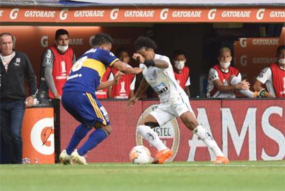 Com polêmica de arbitragem, Santos e Boca empatam sem gols na Bombonera