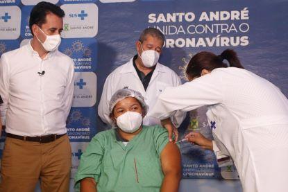auxiliar de higiene Luzia Quitéria de Jesus da Silva, de 28 anos, foi a primeira pessoa a ser imunizada contra o coronavírus em Santo André. Foto: Helber Aggio/PSA
