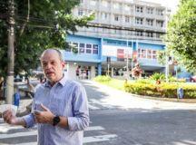 """Campanella: """"esta estrutura do Hospital de Campanha nos assegura tratamentos mais adequados a todos"""". Foto: Letícia Teixeira / PMSCS"""