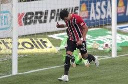 São Paulo aproveita falha de Scarpa, bate Palmeiras e engata 4ª vitória seguida