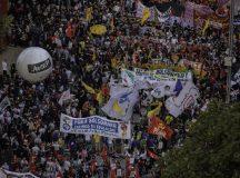 Atos contra Bolsonaro reúnem milhares de pessoas em 200 cidades