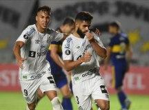 Diniz é expulso na estreia, mas Santos vence o Boca Juniors e respira