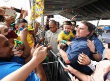 Em vídeo que circula nas redes sociais, o presidente recebeu o menino vestido com camisa do Brasil de um dos apoiadores que se aglomeravam para cumprimentá-lo. Foto: Marcos Corrêa/PR
